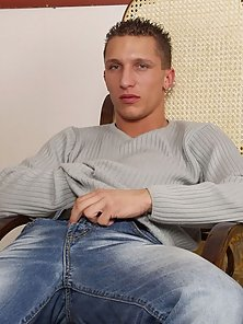 This guy is a perfect nude stud with his smooth and muscled body, big blue eyes, blonde hair and bee