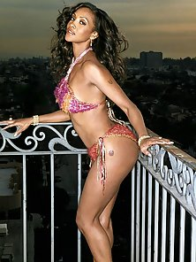 Vivica A Fox still sporting some hot sexy curves in a swimsuit