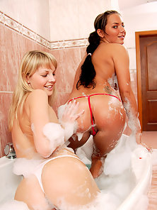 Two Bathing Teenage Lesbians Enjoys Dildo Drilling in Bathtub