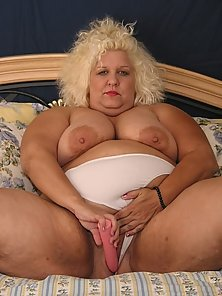 fat juicy blonde granny plays with pink dildo