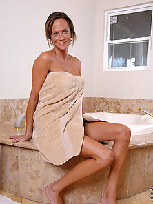 Anilos Montana Skye gets her nude body in the bathtub and sprays her pussy with the shower head