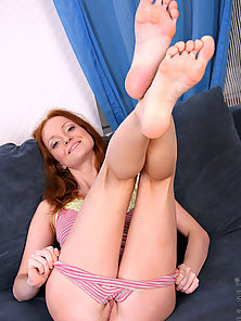 Tempting flirty hottie proudly exposing her pinky hot pussy over her b