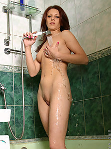 She gets so thirsty in the shower check out oleja drinking from the sp