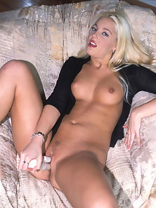 Blonde Nubile Hollie Steven Bangs Her Thrill Muff with Sybian