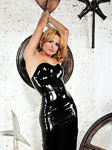 Gabrielly shows off her body in latex