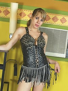 Cute blonde tranny tying herself up for bdsm action