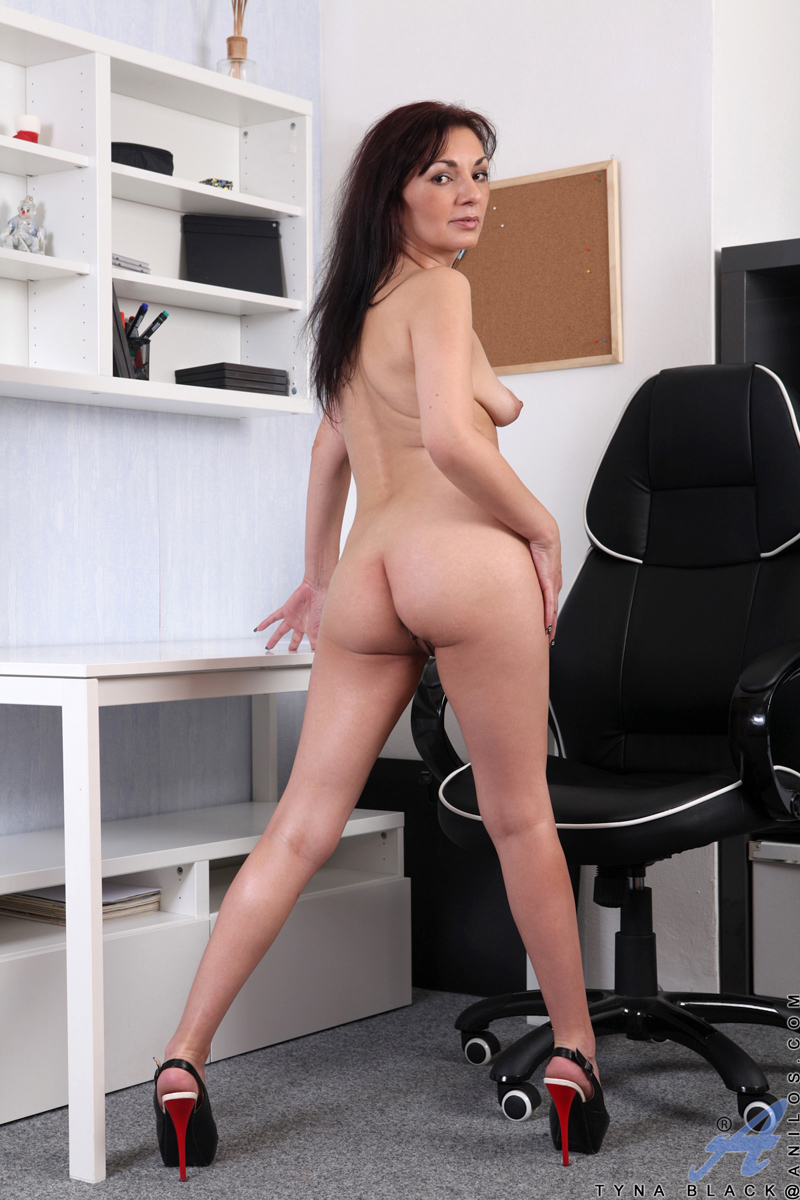 Older Office Milf Massages Her Mature Pussy At Her Desk -6002