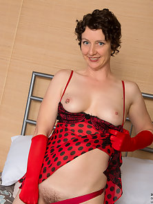Big Boobs Mature Puts Dildo in Her Tight Pussy on Bed