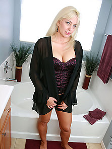 Anilos old milf soaks in a bubble bath and explores her experienced pussy with her fingers