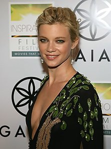Take a sneek peek at Amy Smart's accidental upskirt only here