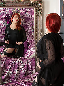 Red Haired Babe Removes Her Dress for Showing Huge Ass on Bed