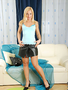 Blonde Anilos beauty peels off her top and flaunts her natural sexiness on cam