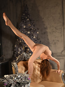 Redhead Stunner Kissing Statue and Exposing Sexy Naked Shape