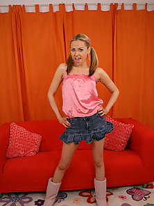 Luscious teen Sindee gets naked and gives great head