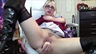 Glasses Wearing Babe Rubbed Her Juicy Pussy on Couch